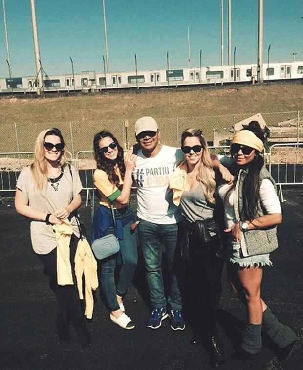 Bruna Marquezine com a família e amigos de Neymar (Foto: Instagram / Reprodução)