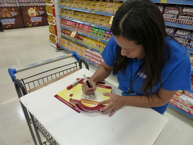 Rosimeire trabalhava como empacotadora e foi 'promovida' a cartazista (Foto: Fernando Castro/ G1)
