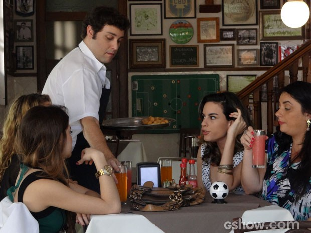 Os padrinhos do casamento triplo cehgam à brilhante ideia (Foto: Malhação/ TV Globo)
