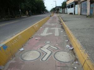Muito lixo se acumula na ciclovia de Santa Cruz. (Foto: Mariucha Machado/G1)