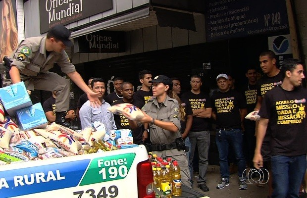 Concurseiros aproveitam carnaval para estudar e ajudar desabrigados em Goiás (Foto: Reprodução/TV Anhanguera)