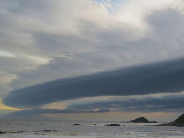 O segundo foi visto cerca de 20 minutos depois e se chama nuvem paredão ou Glória da Manhã. Ele ocorre normalmente em áreas costeiras ou próximas de grandes lagos. De acordo com Samantha, esse tipo de nuvem pertence a uma classe chamada 'Nuvens Arco' e normalmente estão relacionadas com a frente de uma brisa marítima, tempestade ou com frentes frias. (Foto: Meire Ruiz Santos/Arquivo Pessoal)