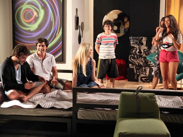 Galera Nem-Nem zoando todas ao lado de Megan, Davi e Ernesto  (Foto: Pedro Curi / TV Globo)