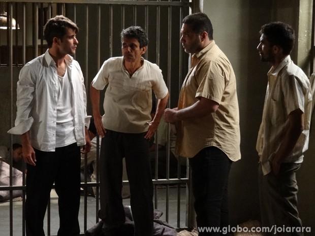 Desesperado, Franz decide participar do plano de fuga da prisão (Foto: Joia Rara/TV Globo)
