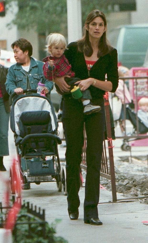 Cindy Crewford em 2000, em Nova York, com o filho (Foto: Getty Images)
