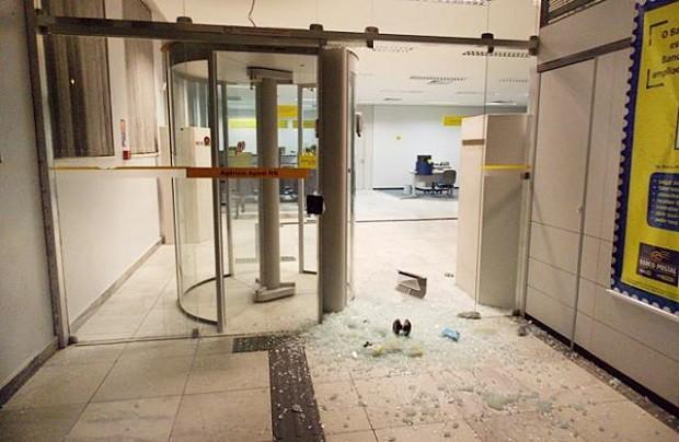 Dez homens armados quebraram portas de agência de banco em Apodi (Foto: Márcio Morais)