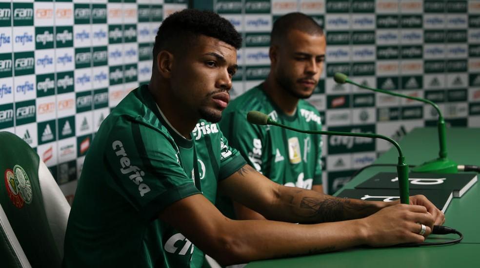 O zagueiro Juninho é apresentado no Palmeiras, ao lado do lateral Mayke (Foto: César Greco / Ag. Palmeiras / Divulgação)