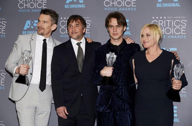 Da esq. para dir., Ethan Hawke, Richard Linklater, Ellar Coltrane e Patricia Arquette com os prêmios do 20º Critics' Choice Movie Awards, em Los Angeles (Foto: REUTERS/Kevork Djansezian)
