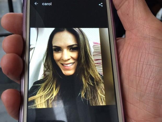 Tia mostra foto de Ana Carolina Vieira no celular (Foto: Glauco Araújo/G1)