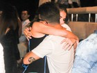 Junior Lima recebe o carinho da mulher em show em São Paulo