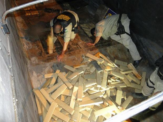 Drogas foram encontradas em um fundo falso do caminhão (Foto: Polícia Rodoviária Federal/Divulgação)