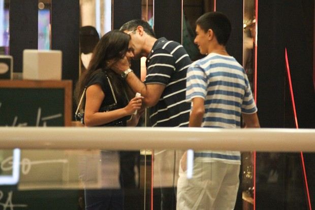 William Bonner beija a filha em shopping no Rio (Foto: Derick Abreu/ Foto Rio News)