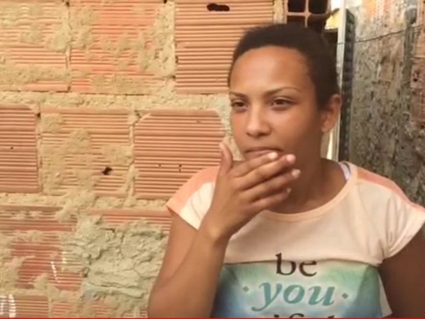 Juliana Martins Soares na casa onde mora com a família em Colatina (Foto: Alexandre Nascimento/G1)