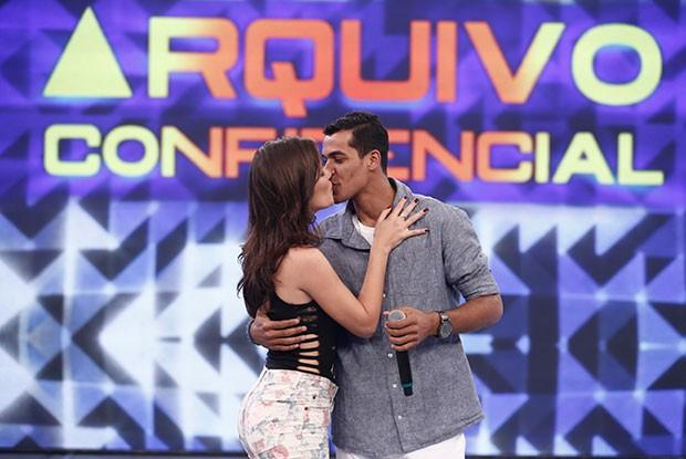 Marcello Melo Jr. beija a namorada no palco do Domingão (Foto: Inácio Moraes/ Gshow)