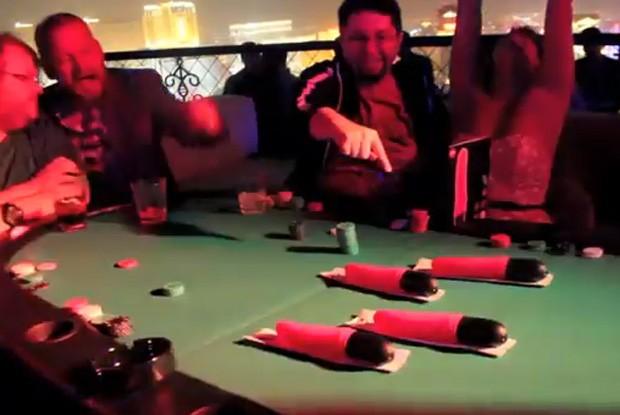 Participantes torcem e observam brinquedos sexuais 'correndo' em mesa de pôquer em Las Vegas (Foto: Reprodução/YouTube/funfactorygmbh)