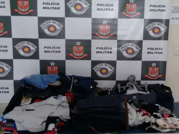 Roupas foram encontrada pelos policiais na casa dos criminosos. Rio Preto (Foto: Divulgação/Polícia Militar)