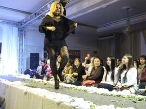 Fátima Moura durante demonstração de dança sensual (Foto: Jéssica Balbino / G1)