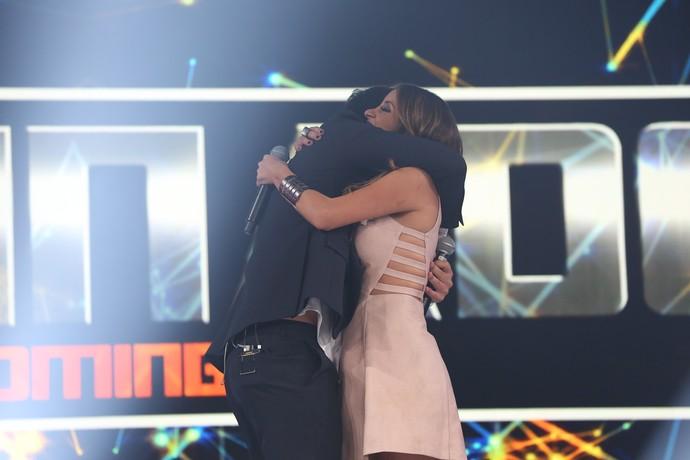 Filipe e Karielle se abraçam após Final do Iluminados (Foto: Carol Caminha/Gshow)