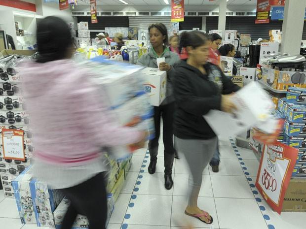 Clientes correram para pegar os produtos em oferta (Foto: Flávio Moraes/G1)