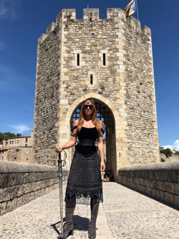 De espada na mão, Sabrina posa como guerreira medieval. (Foto: Reprodução/ Instagram)