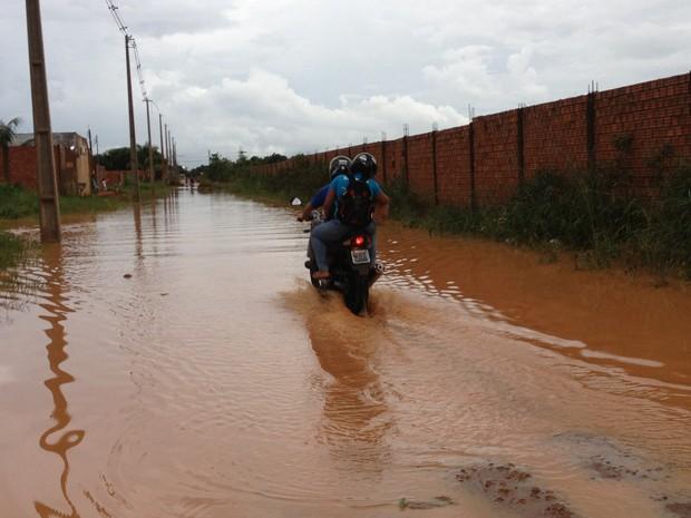Motociclista enfrenta rua alagada no Bairro Cascalheiras, em Porto Velho (Foto: Ivanete Damasceno/G1)