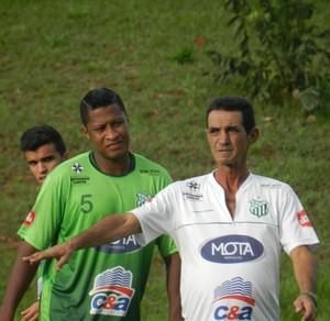 Zagueiro Jalnir, técnico Zecão, Uberlândia Esporte Clube, Ninho do Periquito (Foto: Gullit Pacielle)