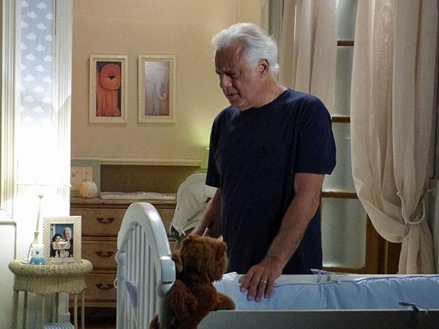 César escuta Aline conversando com um homem (Foto: Amor à Vida/ TV Globo)