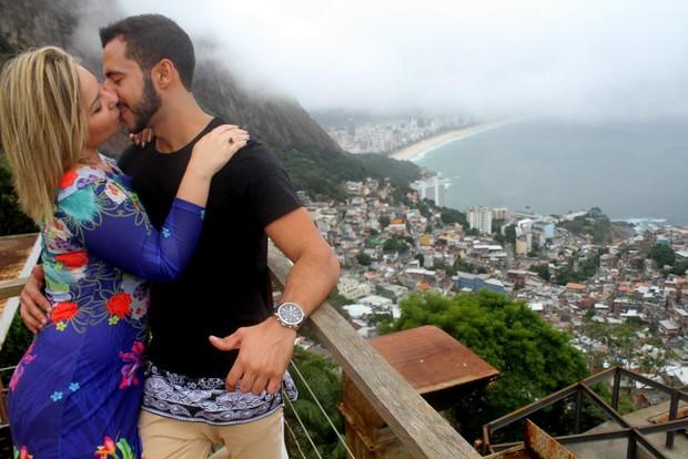 Cacau e Matheus fazem ensaio romântico (Foto: DANIEL DELMIRO/AgNews)