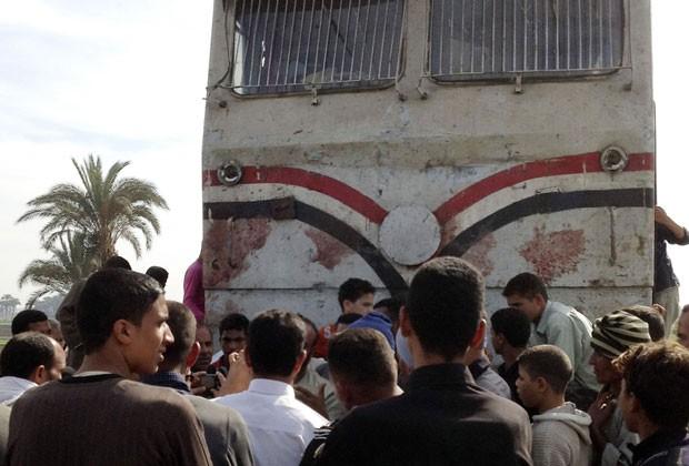 Multidão cerca trem que se envolveu em acidente com ônibus no Egito. Mais de 40 crianças morreram (Foto: Reuters)