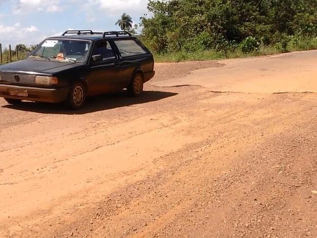 Carro deixa trecho de asfalto e começa a trafegar em chão de terra na MG-423 (Foto: Ricardo Welbert/G1)