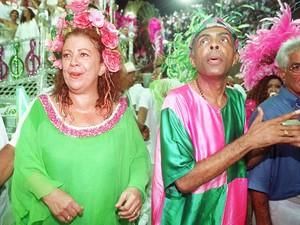 Beth Carvalho e Gilberto Gil durante desfile da Mangueira na Marquês de Sapucaí em 1998. (Foto: Rosane Marinho/Folhapress )