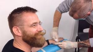 Martijn Wismeijer no momento em que colocou implante na mão (Foto: Reprodução/Mr Bitcoin/YouTube)