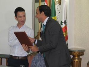 Paulo Alexandre e vereador Professor Kenny (esq.)  (Foto: Jéssica Bitencourt / G1)