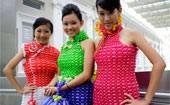 Modelos usam vestido feito com balões (Reuters)