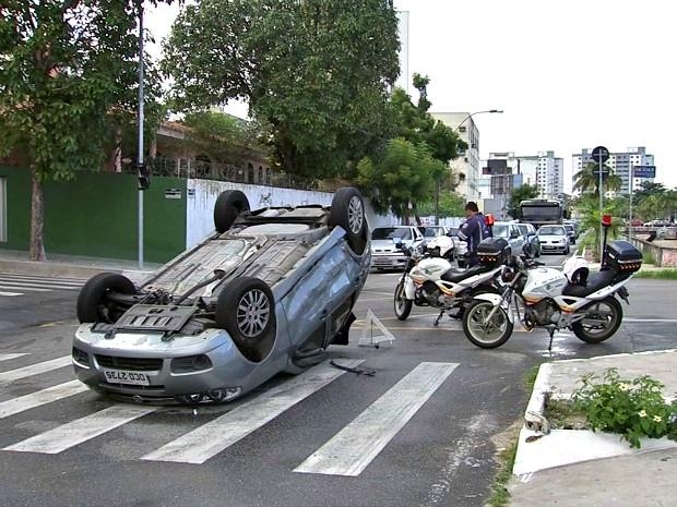 Um acidente entre um carro modelo Palio e um Corola deixou o trânsito congestionado nas proximidades da Rodoviária Engenheiro João Tomé, em Fortaleza, na manhã desta terça-feira (7). Segundo informações da Autarquia Municipal de Trânsito, Serviços Públicos e de Cidadania de Fortaleza (AMC), o acidente ocorreu no cruzamento entre as vias Raymundo Girão e General Silva Júnior, ninguém se feriu. Mas o Palio capotou e obstruiu parte da Avenida Raymundo Girão. (Foto: TV Verdes Mares/Reprodução)