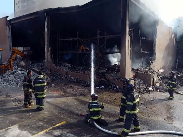 Bombeiros combatem fogo no Hipermercado Walmart, em Americana (Foto: Reprodução EPTV)