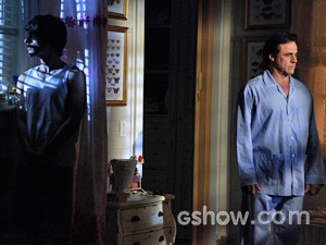 Ramiro ouve barulho e vai conferir se tem alguém no quarto da filha (Foto: Em Família/ TV Globo)