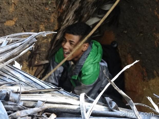 Vicente cai em buraco e se machuca (Foto: Geração Brasil / TV Globo)