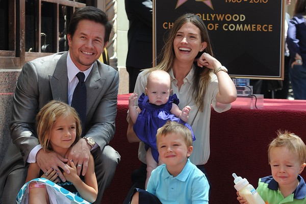 Mark Wahlberg com a esposa e os filhos em 2010, quando ganhou uma estrela na Calçada da Fama (Foto: Getty Images)