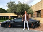 Cristiano Ronaldo tira onda em sua mansão ao lado de 'batmóvel'