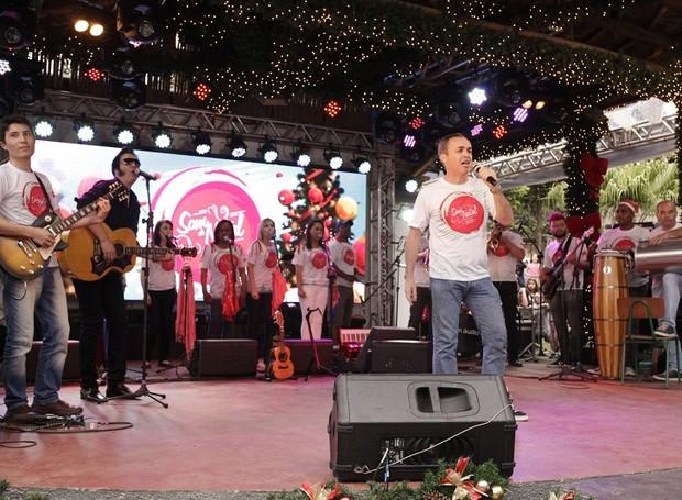 Sandro Dalpícolo, que apresenta o Paraná TV 2ª Edição, também cantou e encantou o público (Foto: Luiz Renato Correa/ RPC)