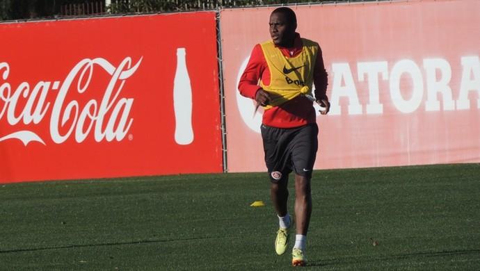 Willians volta a treinar com o grupo do Inter (Foto: Tomás Hammes/GloboEsporte.com)
