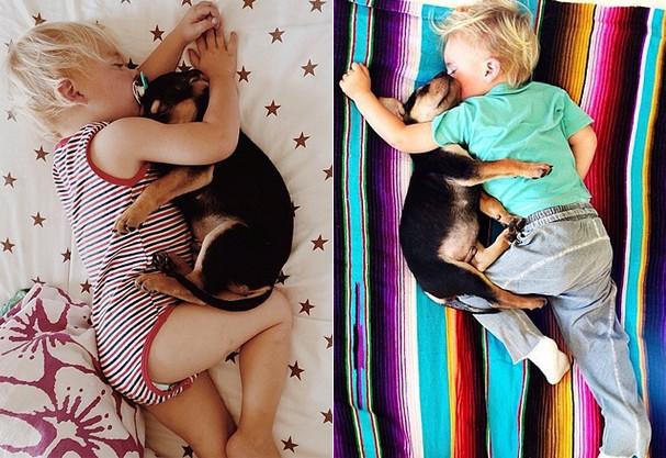 Theo e Beau grudadinhos para suas sonecas (Foto: Momma's Gone City)