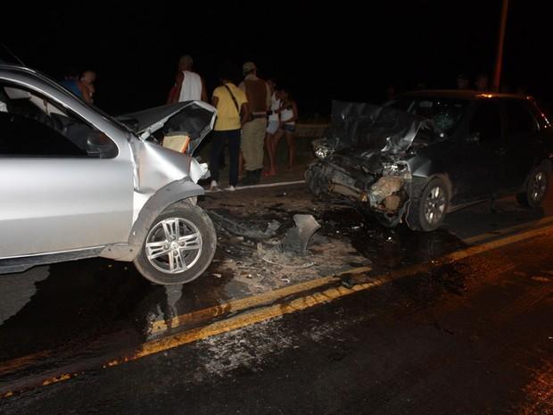 batida entre dois carros (Foto: Danuse Cunha /Site: Itamaraju Notícias)