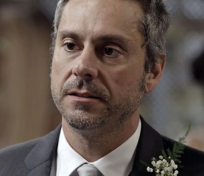 Romero recebe ordem no dia do seu casamento (Foto: TV Globo)