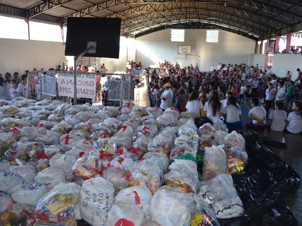 Cerca de 7 toneladas de donativos foram arrecadadas (Foto: Rogério Aderbal/G1 )