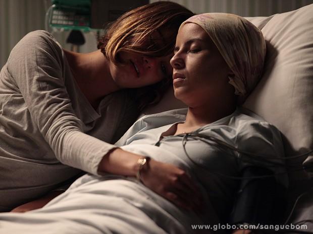 It-girl abraça a irmã, que acaba de falecer (Foto: Pedro Curi/TV Globo)
