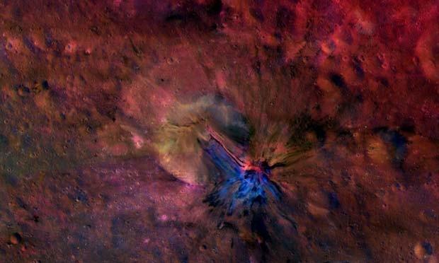 Imagem mostra o fluxo de material dentro e for a da crater Aelia, no asteroid Vesta (Foto: NASA/JPL-Caltech/UCLAMPS/DLR/IDA)