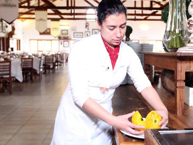 Nutricionista Laira Martins fala das qualidades do tomate amarelo (Foto: Jéssica Balbino/ G1)