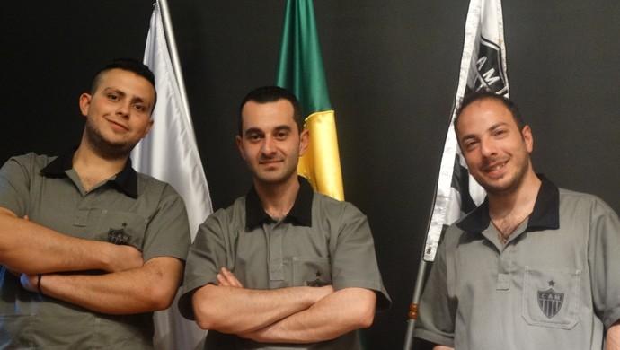 Sírios George, Osama e Majed posam em frente as bandeiras do Atlético-MG, do Brasil e de Minas Gerais (Foto: Lucas Borges)